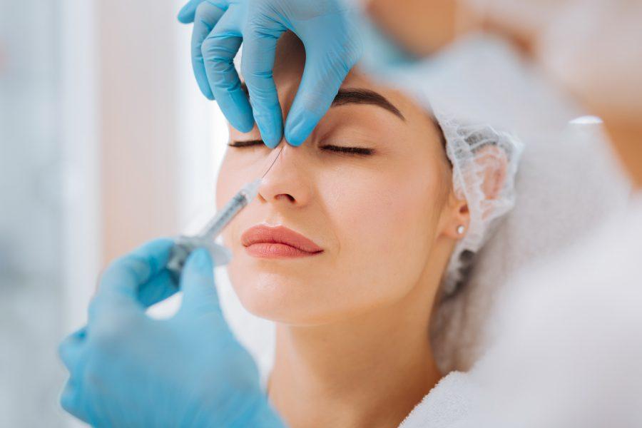 Modelowanie nosa z użyciem kwasu hialuronowego – na czym polega?