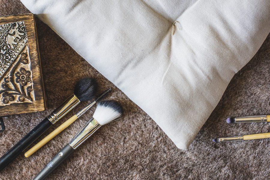 Przydatne akcesoria kosmetyczne, które warto mieć w swojej kosmetyczce